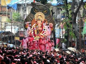 Devotees carry the Lalbaugcha Raja idol to Girgaon Chawpatty for immersion
