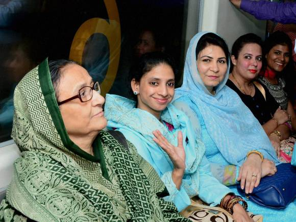 Geeta returns home, Karachi, Deaf mute woman, Woman lost in Pakistan, Edhi foundation, Pakistan International Airlines, Geeta Indian woman, Indian High Commission, Pakistan High Commission, Manzoor Ali Memon