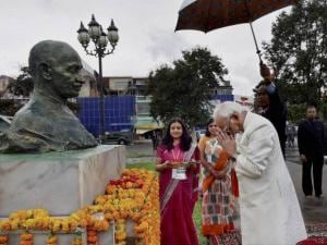 Vice President Hamid Ansari paying tributes at the statue of Mahatma Gandhi