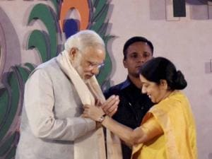 Narendra Modi being welcomed by External Affairs Minister Sushma Swaraj
