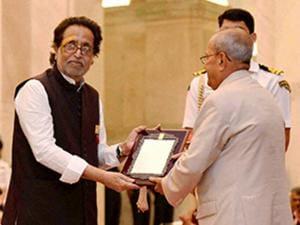 Pranab Mukherjee honoring Hridaynath Mangeshkar