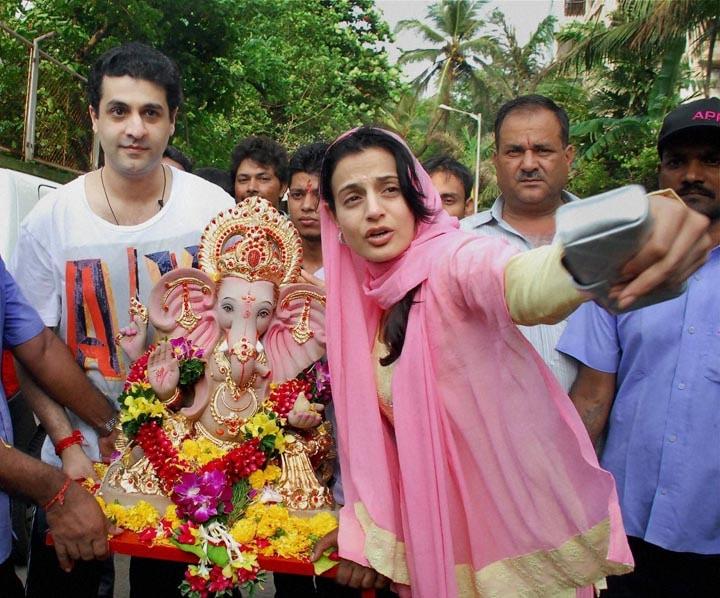 Bollywood actor, Amisha Patel, performs, puja, immersion,  Lord Ganesha, Mumbai