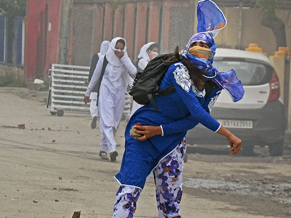 kashmir student, Pulwama Degree College, police clash, SP College, kashmir girl student