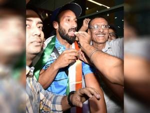 Sardar Singh being greeted by his fans during team arrival T3 terminal in New Delhi