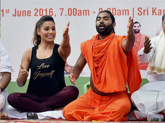 bipasha basu, International Yoga day, International day of Yoga, Kanteerava Stadium, Karan Singh Grover, yoga, yoga postures
