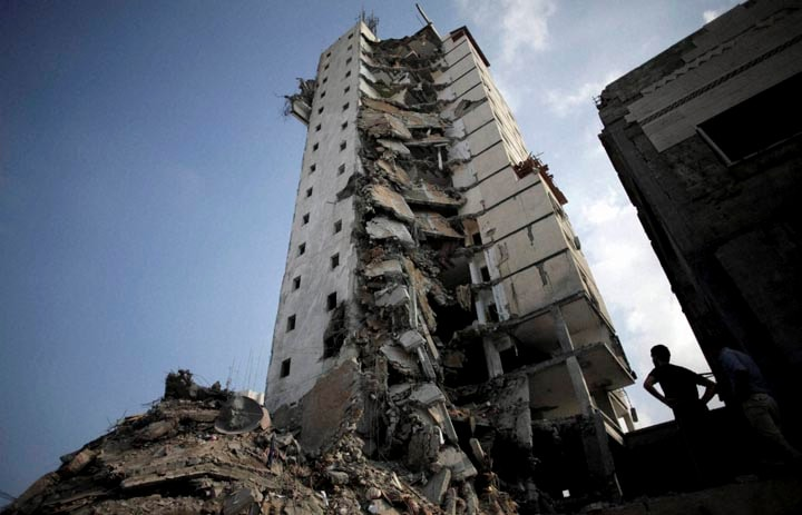 Palestinians, inspect, damage, Italian, Complex, following, several, late, night, Israeli, airstrikes, Gaza City