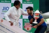 Amitabh Bachchan presents a award for best grassroots programme to Mumbai Fc owner Ranbir Kapoor