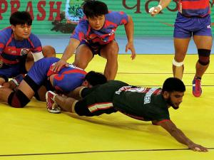 Bangladesh (green) get point successfully against Korea during their Kabaddi World Cup 2016