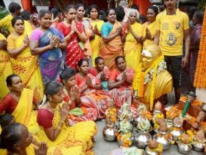 Tamil women paying tribute to Pasumpon Muthuramalinga Thevar
