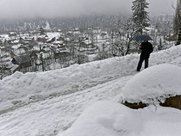 Kashmir valley, Srinagar-Jammu national highway, heavy snowfall