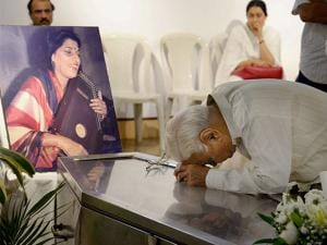People paying their last respects to Hindustani classical vocalist Kishori Amonkar at Ravinra Natya Mandir in Mumbai