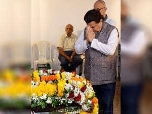 Singer Anup Jalota paying his last respects to Hindustani classical vocalist Kishori Amonkar
