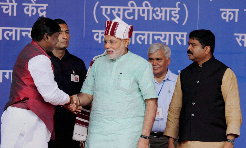 Prime Minister, Narendra Modi, presented, turban, BJP leader, Arjun Munda, inauguration, Power Grid, 765/400 KV, Ranchi, Sub Station, launch, various, programmes, Ranchi