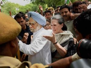 Congress President Sonia Gandhi and former PM Mnmohan Singh break the police barricade to court arrest during the Loktantra Bachao March in New Delhi (3)