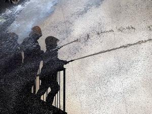 Fire men dousing a major fire that broke out at building in Mumbai (2)