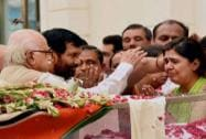 Advani, Paswan console Munde's daughter