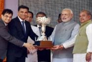 Prime Minister Narendra Modi with Union Mines and Steel Minister Narendra Singh Tomar presenting the 3rd trophy to Sajjan Jindal of Jindal Steel plant