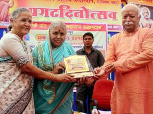 RSS Chief Mohan Bhagwat and  Former Judge Meera Khadatkar (L) honour social worker Sindhutae Sapkal during a function in Nagpur