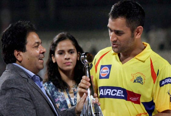 IPL Chairman Rajeev Shukla presenting the Fair Play Award to Chennai Super Kings Captain M S Dhoni after IPL 6 final match at Eden Garden in Kolkata