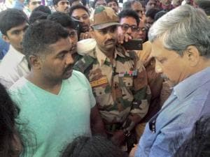 Manohar Parrikar pays condolence to the family members of Colonel Santosh Mahadik