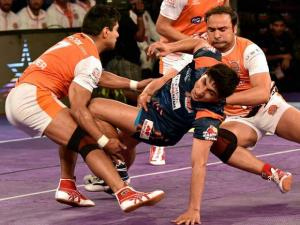 Bengal Warriors (blue) and Puneri Paltan (orange) players in action
