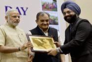 Prime Minister, Narendra Modi present the  E-Panchayat Award to Principal Secretary,Tamil Nadu Gagandeep Singh Bedi