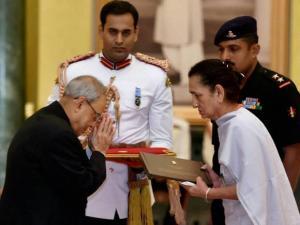 President Pranab Mukherjee felicitates Asha Rani, wife of Ashok Chakra recipient Chaman Lal