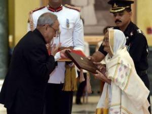 President Pranab Mukherjee felicitates Rasoolan Bibi, the widow of Param Vir Chakra awardee Abdul Hameed