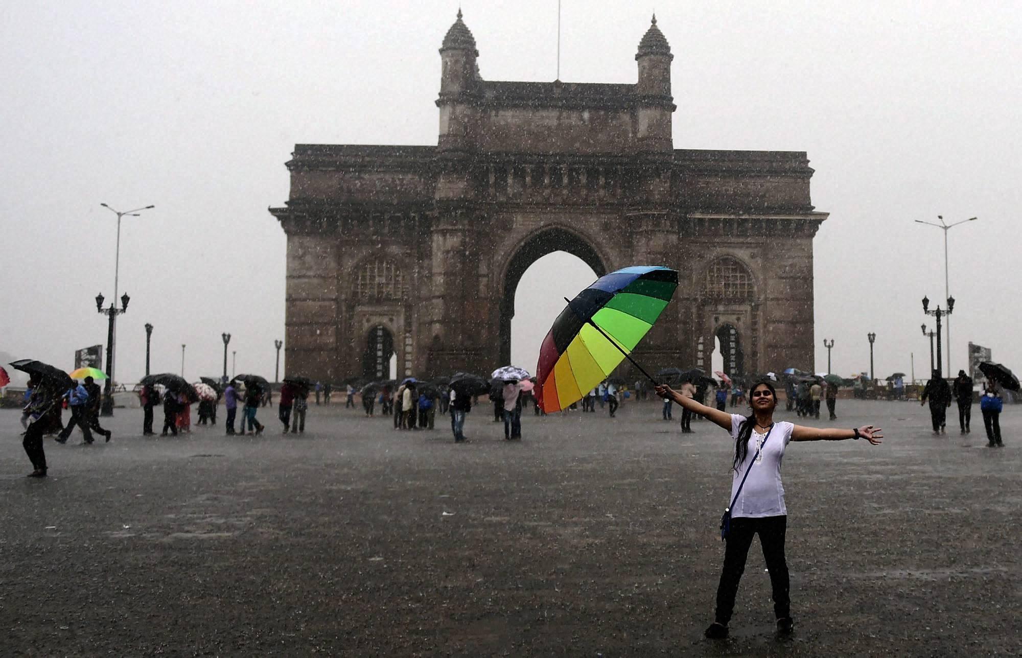 People, enjoy, Gateway, heavy rains, Mumbai