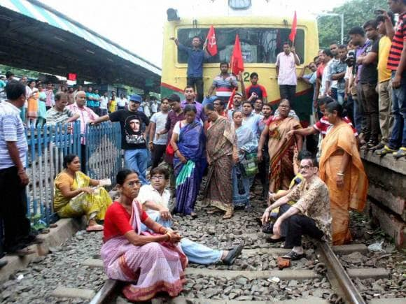 Bharat bandh, Trade Unions, Bharat bandh photos, Trade union workers, Blocked railway track, Sodepur Station