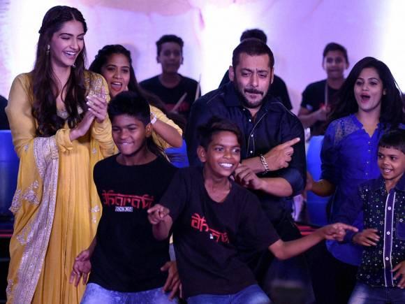 Salman Khan, Sonam Kapoor, Dharavi Rocks