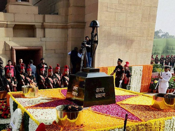 Prime Minister of india,  Narendra Modi,  Air Chief,  Marshal Arup Raha, Naval Chief, Admiral RK Dhowan,   Army chief,  Gen Dalbir Singh Amar Jawan,  Centenary Commemoration, World War,  India Gate