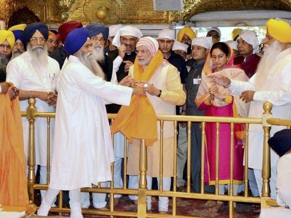 Prime Minister of India, Narendra Modi, PM Modi, Modi, Harsimrat Kaur, Punjab CM, Parkash Singh badal, Golden Temple
