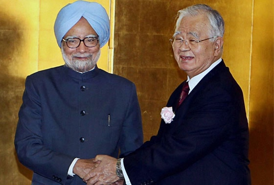 Prime Minister Manmohan Singh shakes hands with Japan Business Federation (Keidanren) Chairman Hiromasa Yonekura during a luncheon meeting hosted by Keidanren in Tokyo