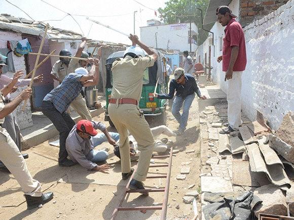 Vadodara Weather, Vadodara Temperature, Police Lathicharge, Lathicharge, Bhimatalav Colony, Rage, Demolition, Protest, Gujrat