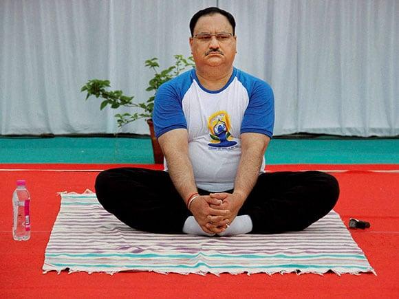 international yoga day, Politicians, Yoga, asanas, Narendra modi, Pranab Mukherjee, Smriti Irani, Devendra Phadanvis, Politician, Politic, yoga day 2016, world yoga day
