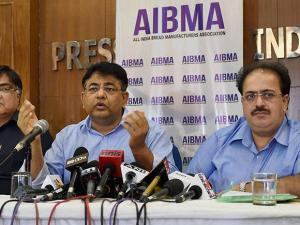 Harvest Gold's Adil Hassan (C) with Ramesh Mago (L), President, All India Bread Manufacturers Association at a press conference in New Delhi (2)