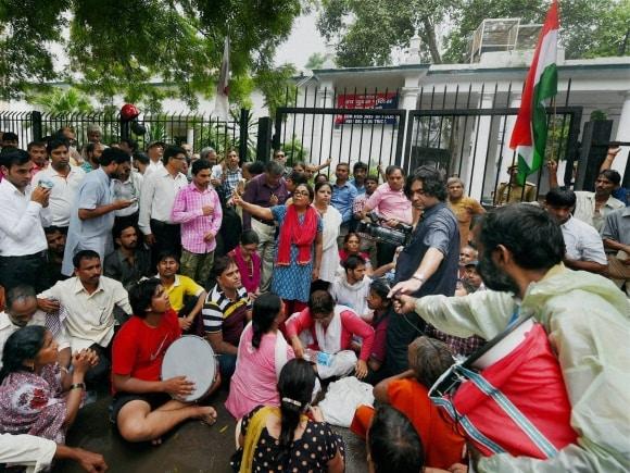 Madhulika Banerjee, Prashant Bhushan, Yogendra Yadav, AAP, Arvind Kejriwal, Parliament Street Police Station, New Delhi