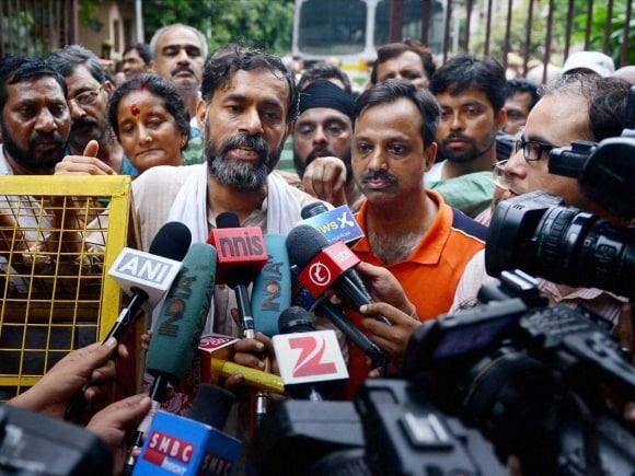 Swaraj Abhiyan, Yogendra Yadav, Prashant Bhushan, AAP, Arvind Kejriwal, RML Hospital, Parliament Street Police Station, Madhulika Banerjee, New Delhi