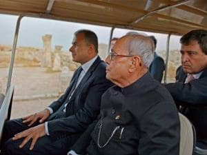 President  Pranab Mukherje accompanied by Jordanian government officials