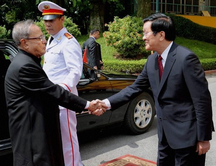 President, Pranab Mukherjee, welcomed, Vietnamese, counterpart, Truong Tan Sang, Presidential Palace, Hanoi