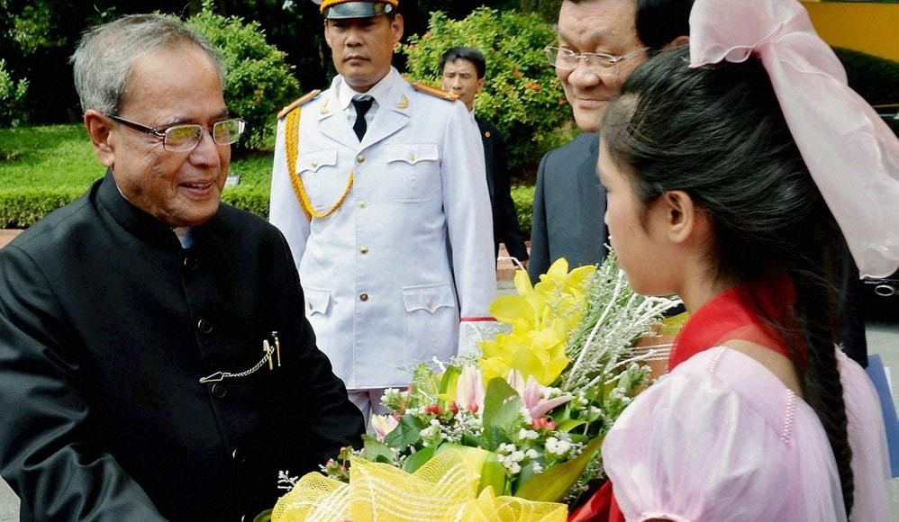 President, Pranab Mukherjee, presented, bouquet, reception, Presidential Palace, Hanoi