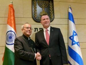 President, Pranab Mukherjee shakes hands with Yuli-Yoel Edelstein