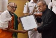 President Pranab Mukherjee gives award to Manohar Vidyalankar