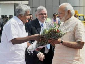 Prime Minister Narendra Modi being welcomed by Governor of Kerala, Justice (Retd) P Sathasivam and Chief Minister Oommen Chandy on his arrival at he airport in Kozhikode