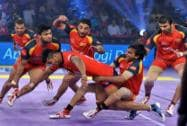 Players of Dabang Delhi and Bengaluru Bulls in action