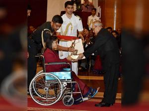 Pranab Mukherjee presents Arjuna  award to wrestler Vinesh phogat