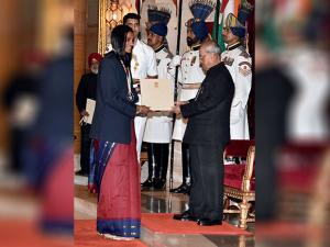 Pranab Mukherjee presents Rajiv Gandhi Khel Ratna award to Batminton Player P V Sindhu