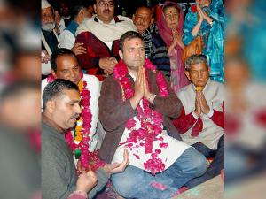 Congress Vice President Rahul Gandhi and Uttarakhand Chief Minister Harish Rawat offering prayers at Har Ki Pauri during an roadshow in Haridwar late night
