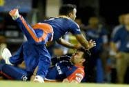 Delhi Daredevils' players Amit Mishra and Zaheer Khan drop the catch
